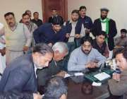 رائے ونڈ: مسلم لیگ (ن) کے رکن قومی اسمبلی افضل کھوکھر اپنے دفتر میں عوام ..