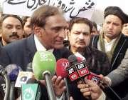 اسلام آباد: آزاد کشمیر کے وزیر خزانہ چوہدری اکبر پارلیمنٹ ہاؤس کے باہر ..