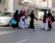 راولپنڈی: مری روڈ پر طالبات خطرناک انداز سے روڈ کراس کر رہی ہیں جس کسی ..