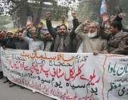 لاہور: پاکستان ریلوے ایمپلائز (پریم) یونین کے زیر اہتمام ملازمین اپنے ..