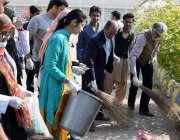 حیدر آباد: لمس کے پروفیسر اور طلباء صفائی مہم کے سلسلے یونیورسٹی میں ..