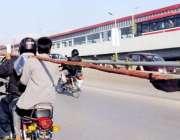 راولپنڈی: روڈ کے درمیان موٹر سائیکل سوار خطرناک انداز میں بانس منتقل ..
