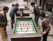 لاہور: نوجوان ہینڈ بال گیم کھیلنے میں مصروف ہیں۔
