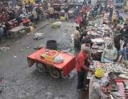 لاہور: مچھلی منڈی میں محنت کش فروخت کے لیے مچھلی تیار کر رہے ہیں۔