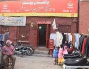 لاہور: داتا گنج بخش پوسٹ آفس کے باہر دکانداروں نے تجاوزات قائم کر رکھی ..