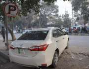 لاہور: مال روڈ فٹ پاتھ پر نو پارکنگ بورڈ آویزاں ہونے کے باوجود گاڑی ..
