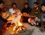 پشاور: صوبائی دارالحکومت میں سردی کی شدید لہر کے باعث شہری آگ تاپ رہے ..
