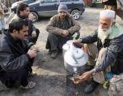لاہور: ایک معمر شخص سڑک کنارے بیٹھا پشاوری قہوہ فروخت کر رہا ہے۔