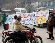 لاہور: چونیاں کے رہائشی پریس کلب کے باہر احتجاج کر رہے ہیں۔
