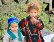 مظفر آباد: برف باری اور اور سخت سردی کے باوجود کیل کے بچے موسم کی سختی ..
