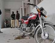 راولپنڈی: احاطہ کچہری میں پابندی کے باوجود عدالت کے باہر موٹر سائیکل ..