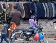 راولپنڈی: شہری گرم کوٹ پسند کرنے میں مصروف ہیں۔