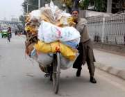 راولپنڈی: ایک محنت کش خالی بوریاں لیے اپنی منزل کی طرف رواں دواں ہے۔