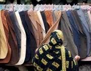 راولپنڈی: ایک خاتون گرم کوٹ پسند کر رہی ہے۔