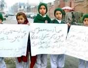 پشاور: بڈھ بیرز نگالی کے رہائشی بچے مطالبات کے حق میں احتجاج کر رہے ..