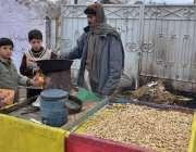 کوئٹہ: ڈبل روڈ پر طلبہ ریڑھی بان سے مونگ پھلی خرید رہے ہیں۔