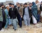 کوئٹہ: ڈپٹی میئر محمد یونس بلوچ خیزی کے علاقے میں لوگوں کے مسائل سن ..