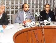 لاہور: چیئرمین متروکہ وقف املاک بورڈ صدیق الفاروق سیکرٹری بورڈ کے ہمراہ ..