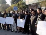 لاہور: پی ایف یو جی کے زیر اہتمام صحافی پریس کلب کے باہر کراچی میں صحافیوں ..