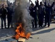 لاہور: پی آئی اے ملازمین پی آئی کی نجکاری کے خلاف احتجاج کر رہے ہیں۔