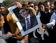 لاہور: ایئر پورٹ پر نجکاری کے خلاف ہونیوالے احتجاج کے دوران حمزہ شہباز ..