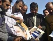 لاہور: ایئر پورٹ پر نجکاری کے خلاف ہونیوالے احتجاج کے دوران میاں محمد ..