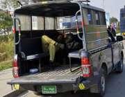 لاہور: پولیس اہلکار دوران ڈیوٹی پولیس وین میں سو رہا ہے۔