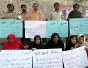 حیدر آباد: سکرنڈ کے رہائشی زمین پر قبضے کے خلاف احتجاجی مظاہرہ کر رہے ..