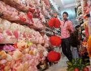راولپنڈی: ویلنٹائن ڈے کے حوالے سے ایک دکاندار سامان سجانے میں مصروف ..