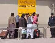 راولپنڈی: بیرون ممالک سفر کرنیوالے شہری ائیر پورٹ داخل ہو رہے ہیں۔