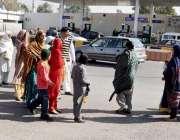 راولپنڈی: بے نظیر انٹر نیشنل ائیر پورٹ کے باہر اپنے عزیز و اقارب کے ..