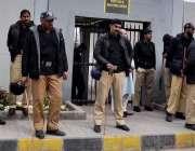 راولپنڈی: بے نظیر انٹر نیشنل ائیر پورٹ کے باہر پولیس اہلکار الرٹ کھڑے ..