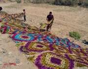 حیدر آباد: محنت کش کپڑا خشک کرنے کے عمل میں مصروف ہیں۔