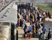 حیدر آباد: پی آئی کی ہڑتال کے باعث لوگوں کی بڑی تعداد ریلوے اسٹیشن کی ..