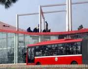 اسلام آباد: محنت کش میٹرو اسٹیشن کی مرمت کے کام میں مصروف ہیں۔