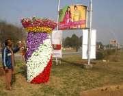 اسلام آباد: سٹی ڈویلپمنٹ اتھارٹی کا ایک اہلکار پھلوں کی سجاوٹ میں مصروف ..
