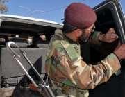 کوئٹہ: سیکیورٹی اہلکار گاڑی کے شیشوں کے کالا سٹیکر اتار رہا ہے۔