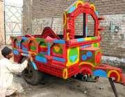 پشاور: ایک پینٹر ٹرالی کی سجاوٹ کا کام کر رہا ہے۔