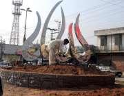 راولپنڈی: ایک مزدور چوک کی سجاوٹ کے کام میں مصرف ہے۔