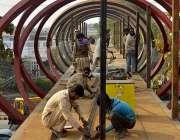 لاہور: ایم ایم عالم روڈ پر اوور ہیڈ برج پر کام ہو رہا ہے۔