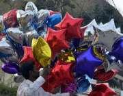 لاہور: ویلنٹائن ڈی کی عامد پر لبرٹی چوک میں بیلون فروخت کے لیے رکھے ..