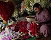 لاہور: ویلنٹائن ڈی کی عامد پر پھول فروش گلدستے تیار کر رہا ہے۔