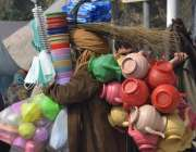 لاہور: ایک معمر شخص اپنے خاندان کا پیٹ پالنے کے لیے ضروریات زندگی کی ..