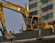 لاہور: صدیق ٹریڈ سینٹر اور ہیڈ برج پر مزدور کرین پر بیٹھ کر کام کر رہا ..