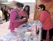 لاہور: لڑکیاں الحمراء کمپلیکس میں جشن بہاراں میلہ میں لڑکیاں ایک سٹال ..