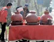 لاہور: کینال روڈ پر ایک شخص ریڑھی کانجی فروخت کر رہا ہے۔