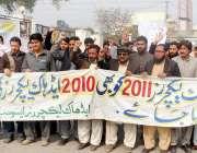 پشاور: ایڈ ہاک لیکچر ایسوسی ایشن کے زیر اہتمام مظاہرین اپنے مطالبات ..