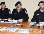 صوابی: ڈی ایس پی اظہار شاہ پریس کانفرنس کر رہے ہیں۔