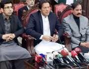 پشاور: پاکستان تحریک انصاف کے چیئرمین عمران خان پریس کانفرنس سے خطاب ..