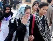 راولپنڈی: وقارالنساء کالج میں دہشتگردی کی افوا ہ کے بعد طالبات رو رہی ..